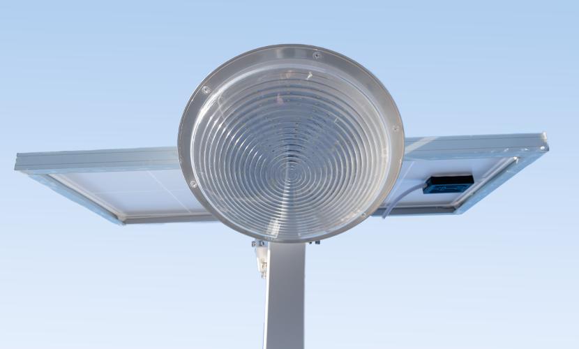 太陽光だから災害時にも強いソーラー防犯灯・ソーラー非常灯のSMLの正面ズーム写真